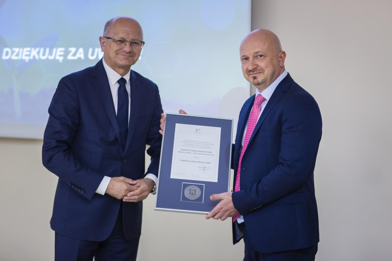 Prezydent Miasta Lublin Krzysztof Żuk oraz Prezes Zarządu Fundacji PAN Ireneusz Samodulski